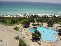 Widok z hotelu na ocean i plażę